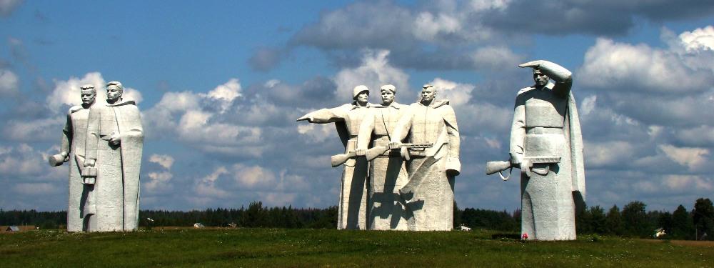 Мемориальный комплекс с барельефом в человеческий рост Панфиловская Эконом памятник Плечики Кодинск